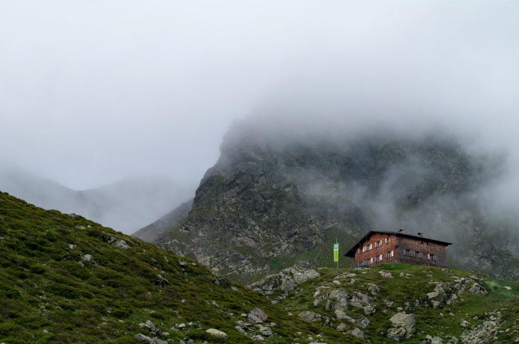 Tiefrastenhütte im Nebel versunken vor der Kempspitze