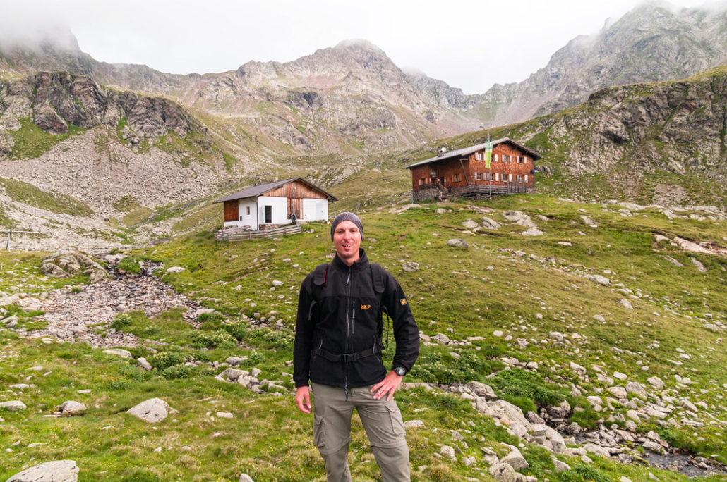 Tobias Grimm vor der Tiefrastenhütte im Hintergrund ragt die Kempspitze empor