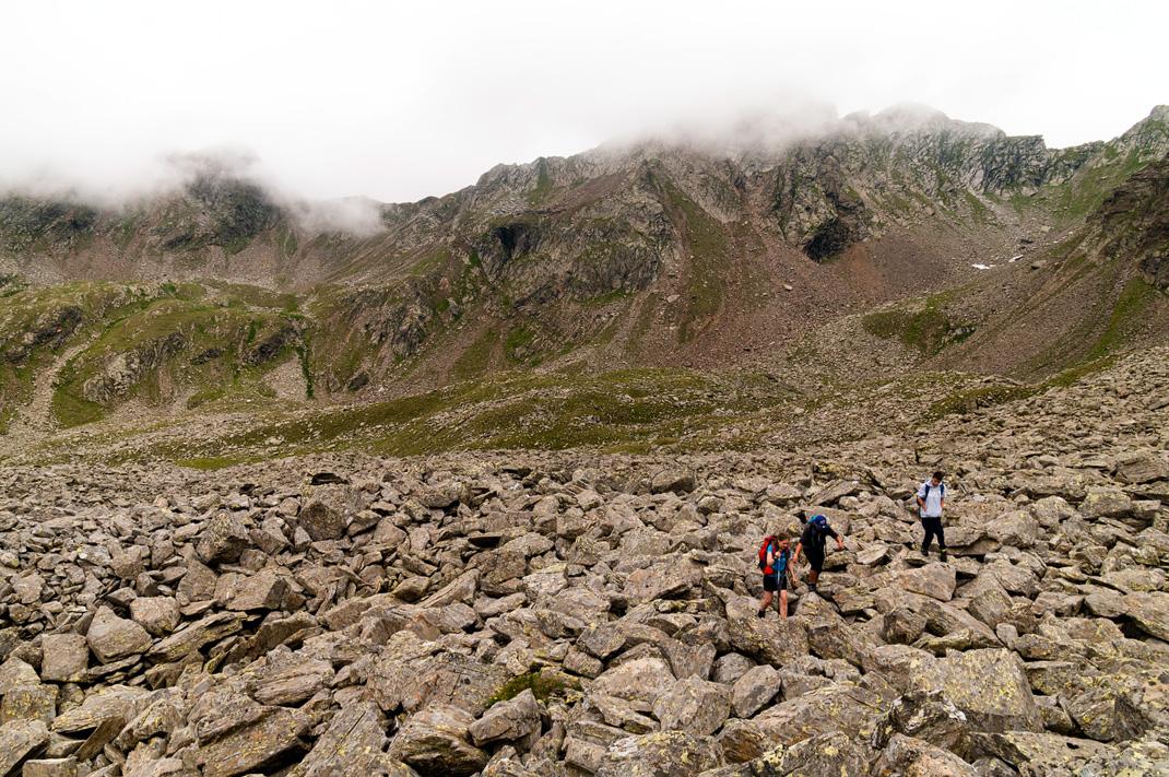 Geröllfeldüberquerung auf dem Weg zur Kempspitze