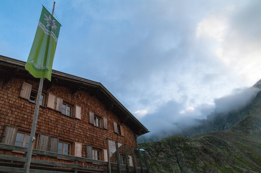 Tiefrastenhütte auf 1171 Höhenmeter in Tirol Italien vor der Nebelverhangenen Kempspitze
