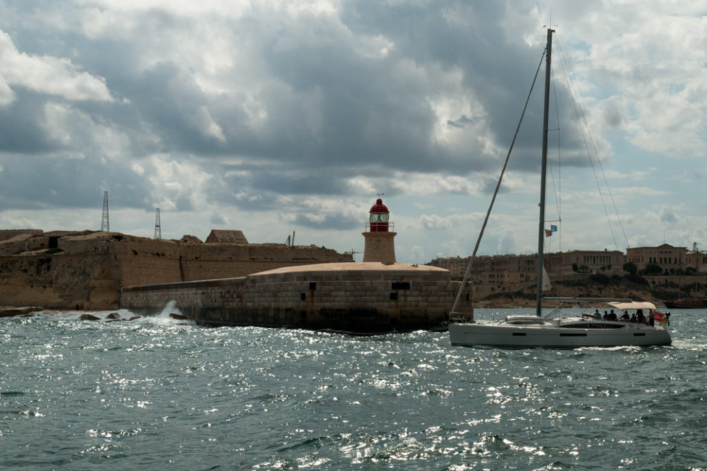 Segeln um Malta die Hafeneinfahrt von Valletta wird passiert